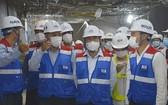市人委會主席阮成鋒(前中)親往視察地鐵1號線巴遜地下站。(圖源:國英)
