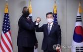 3月17日,在首爾龍山區國防部大樓,韓國國防部長官徐旭(右)與美國國防部長勞埃德·奧斯汀互相碰臂示意。(圖源:韓聯社)