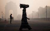 新德里污染嚴重,民眾走過印度門。(圖源:Getty Images)