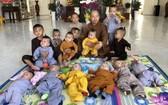 釋性平大德與得到寺院收養的孩子們合照。