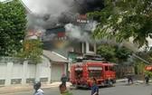 消防隊聞訊後趕抵火警現場,迅速開展滅火和營救行動。(圖源:T.L)