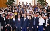 政府總理阮春福(前中)與VASEAN企業代表合照。