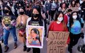 近日,美洛杉磯民眾舉行遊行抗議針對亞裔的暴力犯罪。(圖源:AFP)