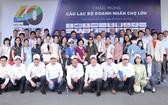 天龍集團領導班子與各華人企業家合照。