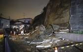 強震造成宮城縣鹽釜市一處坡面坍塌。(圖源:AP)