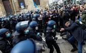 在德國卡塞,示威者與警方衝突。(圖源:路透社)