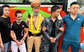 被逮捕的兩名歹徒陳河(右二)和阮福漢(左二)。(圖源:警方提供)