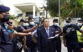 圖為3月21日朝鮮駐馬來西亞大使館臨時代辦金裕成在使館門外宣讀聲明。 (圖源:AP)