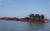 圖為一艘在芹耶河口流域上非法開採河沙的船隻。(圖源:勞動者報)