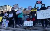 人們在示威現場舉著各式標語。(圖源:互聯網)