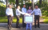 """郡委書記阮孟強(右一)與幹部、職工、勞動者共同捐助""""同一片心""""基金會。"""