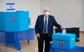 3月23日,以色列總統里夫林在耶路撒冷的一個投票站參加投票。(圖源:新華社)