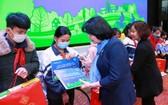 國家副主席鄧氏玉盛向義芳鄉小學校的學生頒發禮物。(圖源:芳華)