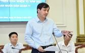 市人委會副主席黎和平(中)在會議上發言。(圖源:越勇)