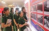 市青年突擊隊員們在觀賞圖片。(圖源:HMC)