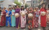 第五郡婦聯會主席陳氏雪幸(前排右四)參加遊行活動。