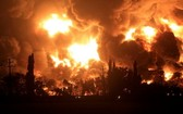 當地時間3月29日,印尼國家石油公司位於西爪哇省的一個煉油廠著火,現場濃煙滾滾。