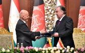 阿富汗總統阿什拉夫‧加尼(左)和塔吉克斯坦總統赫蒙(右)簽署重要合作文件。(圖源:Ariana News)