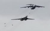 伊爾-78空中加油機和圖-160戰略轟炸機。(圖源:互聯網)