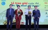 黨中央宣教部新聞司與新聞傳播部新聞局領導頒獎給過客先生(右二)。