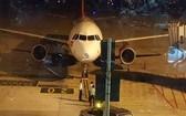 Embraer 195式飛機停留在內牌機場上進行相關檢查和修理。(圖源:VNN)