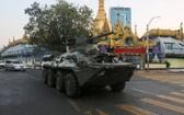 一輛裝甲車行駛在仰光街頭上。(圖源:路透社)