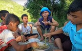 蘇伊節(中)在YouTube上分享他在平定省家鄉的農村生活。