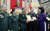 國家副主席鄧氏玉盛向代表團贈送紀念品。(圖源:越通社)