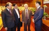 黨和國家領導人在會議間隙交流互動。