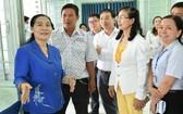 市人民議會主席阮氏麗(左一)親往平政縣檢查並指導選舉籌備工作。(圖源:越勇)