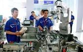 實習生在市高科技園區所屬先進自動化車間進行實習。(圖源:越通社)