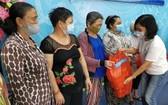 第六坊婦女會春節關照當地貧困婦女。