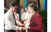 市委宣教處副主任阮壽傳向優秀文藝工作者獎勵。