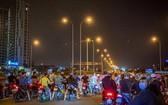 眾多飆車徒非法聚集在高速公路入口企圖準備飆車競速。