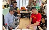 吳子敏老師(前左)正在介紹何劍平先生的遺作。