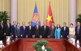 國家主席阮春福與各大使合影。(圖源:越通社)