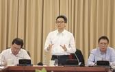 政府副總理武德膽(中)在會議上發言。(圖源:T.L)