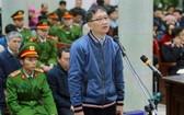 圖為去年出庭受審時的被告人鄭春清站在被告席上回答審判長問案。(圖源:廷長)