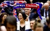 """1月29日,歐洲議會批准""""脫歐""""協議。圖為投票結束後,在場議員高舉""""永遠團結""""旗幟。 (圖源:互聯網)"""