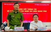 市公安廳副廳長丁清閑少將(左)在新聞發佈會上發言。(圖源:文明)