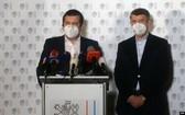 捷克共和國總理巴比斯和外長哈瑪謝克4月17日在記者會上宣佈驅逐18名俄羅斯外交官。(圖源:AFP)