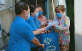 多項競賽運動獲展開至市工會各級。圖為舊邑郡勞動聯團探望並向受新冠肺炎疫情影響的勞工贈送禮物。