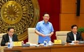 國會主席王廷惠(中)主持會議並發表講話。(圖源:維鈴)
