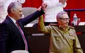 迪亞斯‧卡內爾(左)當選古巴共產黨中央委員會第一書記。(圖源:路透社)