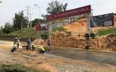 工程沙土傾瀉堆滿路面