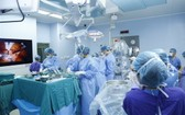 在進行器官移植手術中的越德醫院器官移植團隊。(圖源:院方提供)
