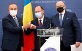 4月23日,在羅馬尼亞首都布加勒斯特,羅馬尼亞外長奧雷斯庫(中)、波蘭外長拉烏(右)和土耳其外長恰武什奧盧在聯合記者會上碰拳。 (圖源:新華社)