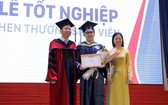 阮富強(中)在畢業典禮上榮獲嘉獎。(圖源:垂玲)