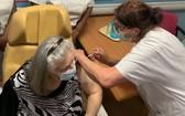 一名法國老人在接種新冠疫苗。(圖源:互聯網)