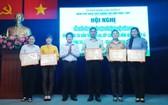 郡人委會向5個集體頒發獎狀。